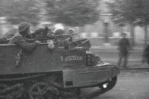 17c - 31081944 - 11th Armd Bren carrier Amiens - 10Z1043