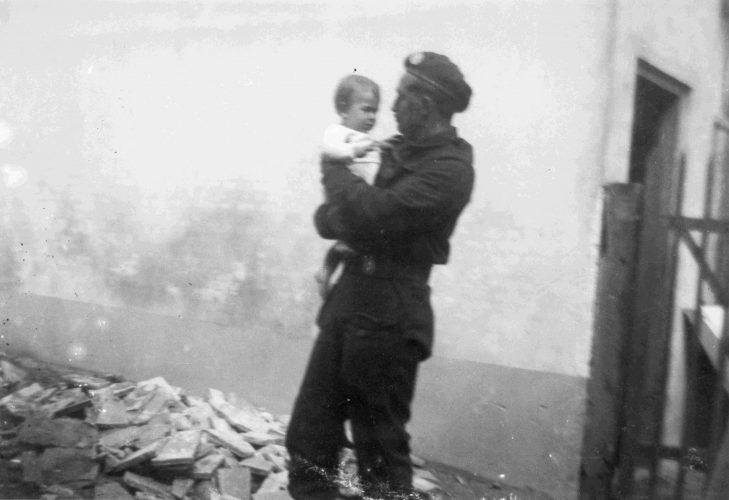 8RB Soldier and child - Van der Sanden coll.