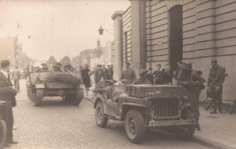 4th KSLI jeep and Loyd carrier near former Koninklijke Stapelhuizen - editor's collection